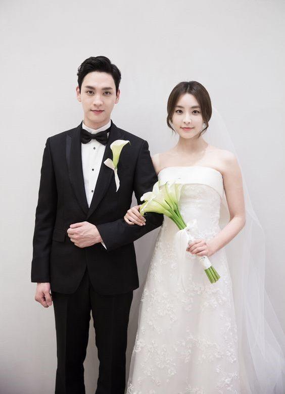 Vest đen giúp chú rể nổi bật trong lễ cưới