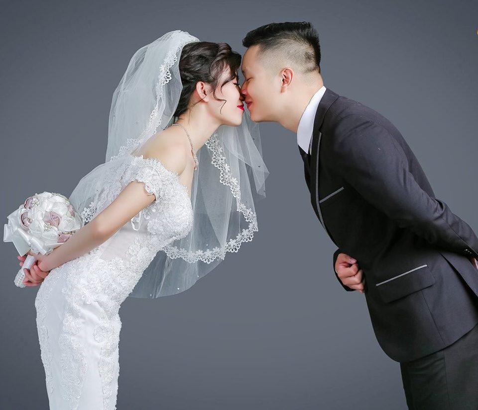 Tạo dáng chụp ảnh cưới trong studio đơn giản mà cực xịn